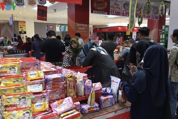 Dân Indonesia đổ xô mua thực phẩm sau khi có ca mắc Covid-19 đầu tiên