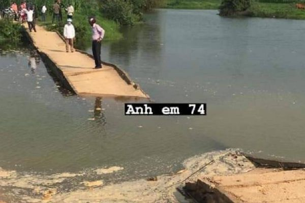 Cầu Giang Quan gãy 1 nhịp rơi sông, đường lên Trấm ở Quảng Trị tê liệt