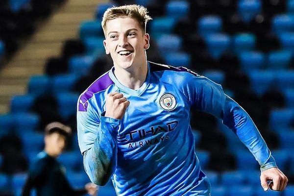 Sao trẻ Man City rê qua cả hàng thủ đối phương để ghi bàn