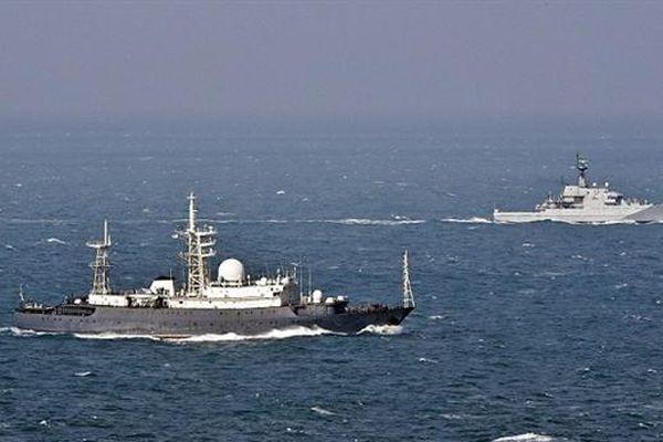 Tàu Anh bị chê 'đồng nát' khi cố bám theo tàu Nga