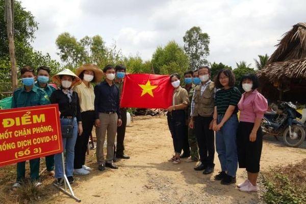 Bộ đội lên rừng căng bạt lập chốt chống dịch