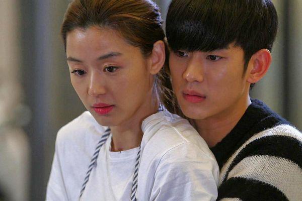 Vì sao các minh tinh Hàn Quốc thường đóng cặp cùng trai trẻ?