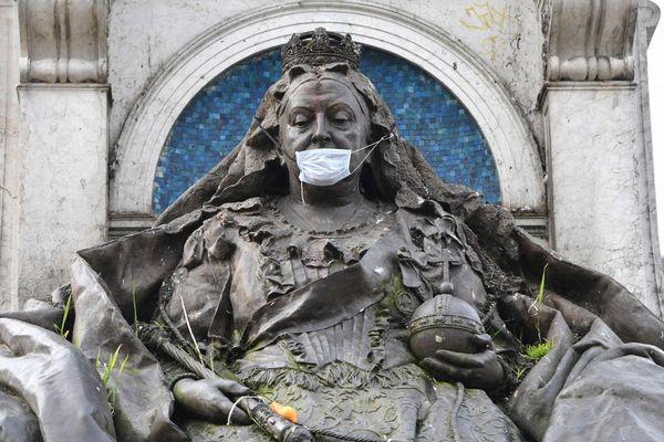 Khi các bức tượng nổi tiếng cũng phải... đeo khẩu trang phòng dịch Covid-19