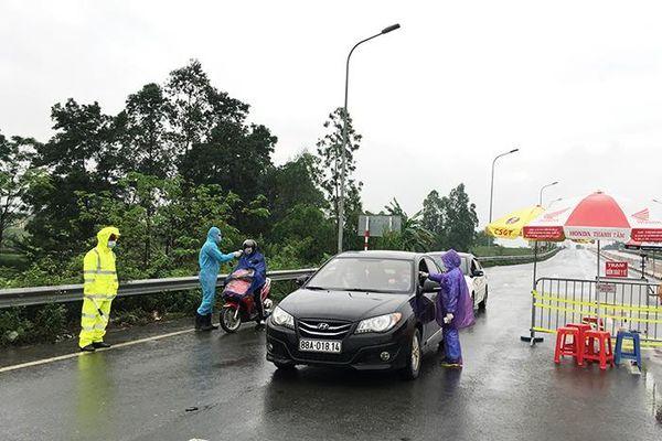 Cận cảnh chốt kiểm soát cách ly xã hội xa nhất Hà Nội