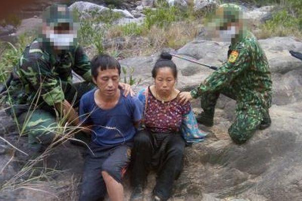 Chồng vác súng cảnh giới cho vợ vận chuyển ma túy