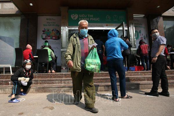 Ấm lòng với siêu thị hạnh phúc - 'siêu thị 0 đồng' cho người nghèo tại Hà Nội