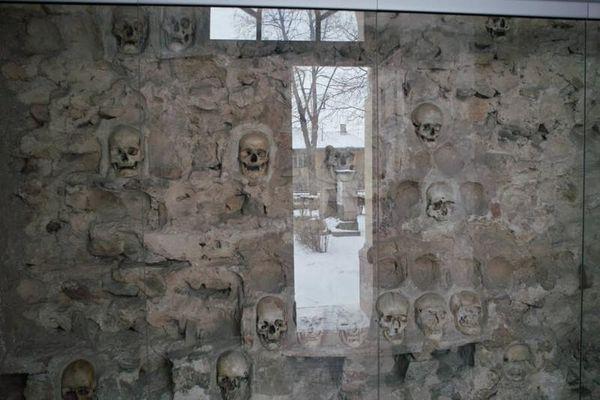 Sợ 'hết hồn' với tòa tháp xây bằng 952 hộp sọ người
