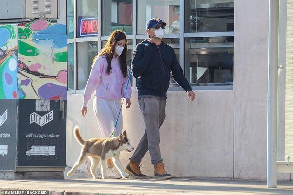 Leonardo DiCaprio và bạn gái đeo khẩu trang kín mít khi đi dạo phố