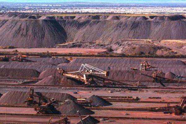Đi tìm lời giải cho việc giá quặng sắt đi ngược chiều xu hướng các hàng hóa khác