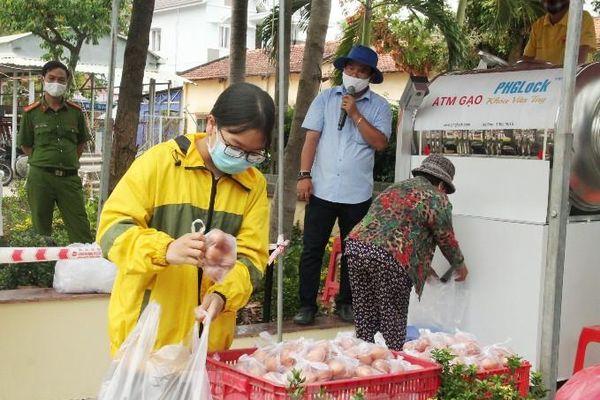 ATM gạo miễn phí ở Bình Dương: Ai nhận đều phát, ăn hết lại đến lấy