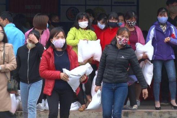 Hơn sáu nghìn công nhân và hai nghìn người dân Hà Nam nhận hỗ trợ gạo