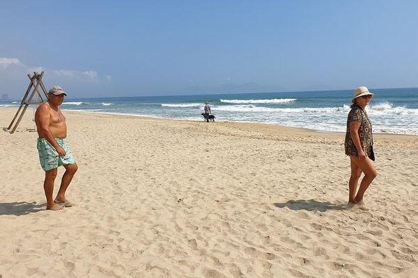Biển An Bàng lác đác người tắm, chủ nhà hàng mỏi mắt chờ du khách