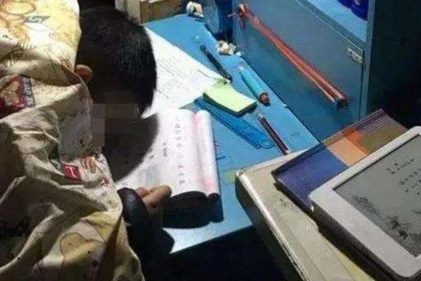 Lời trăng trối của cậu bé tiểu học: 'Mẹ ơi, con mệt quá, con không thể làm bài được nữa'