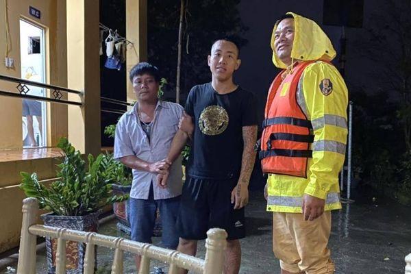 CSGT cứu thanh niên rơi xuống sông Hồng trong đêm mưa gió