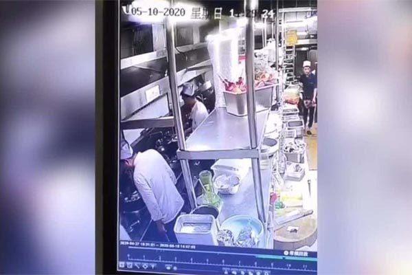 Đầu bếp nhà hàng bị bắt quả tang nhổ nước bọt vào thức ăn của khách