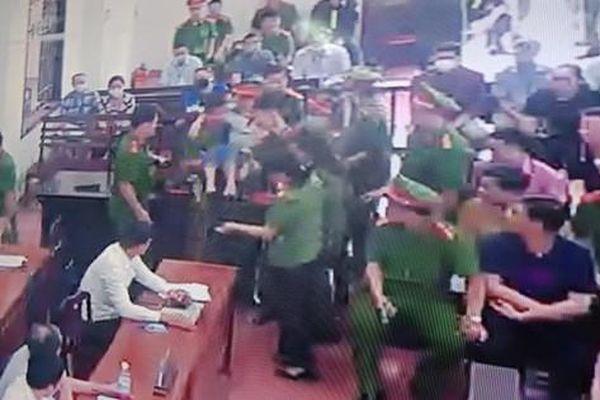 Nữ giáo viên nói câu 'biết chấm thi phải đi tù thì đã bỏ nghề' ngất tại tòa