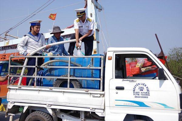Cán bộ chiến sĩ mang nước ngọt đến với miền Tây