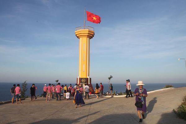 Thăm cột cờ Tổ quốc trên núi Thới Lới