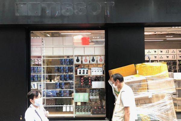 Khi Prada, Tissot sắp thành... hàng lẩu: Tình cảnh thê lương đang xảy ra tại con phố mua sắm đắt đỏ bậc nhất hành tinh