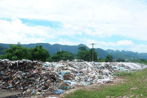 Người dân kêu trời vì rác 'khổng lồ' ngay gần quảng trường Hòa Bình
