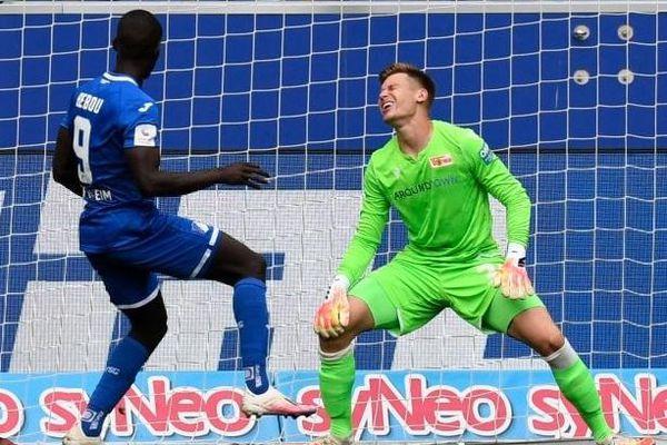 Tiền đạo khiến thủ môn thành gã hề trước khi ghi bàn