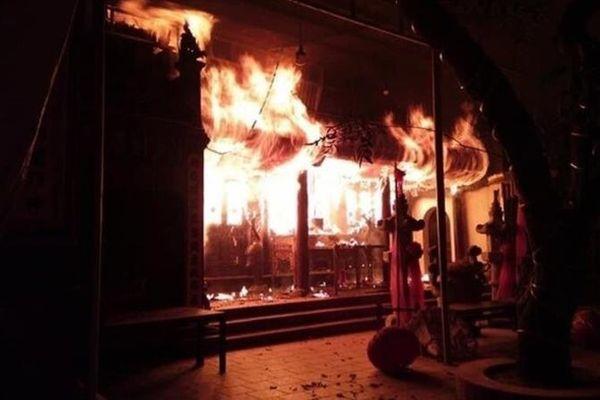 Lửa cháy cuồn cuộn trong đền Quan Tam Lâm Du, Hà Nội