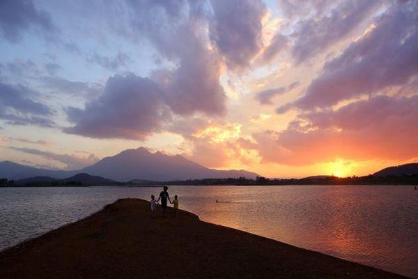 Ngắm hoàng hôn đỏ rực trên hồ Đồng Mô trong những ngày nắng nóng đỉnh điểm