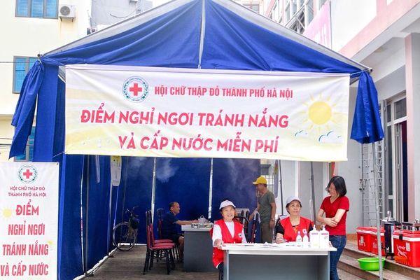 Hội Chữ thập đỏ Hà Nội giúp đỡ người dân xua tan nắng nóng