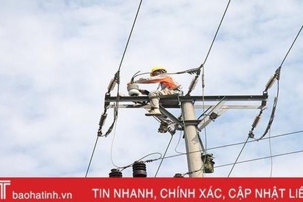 Công nhân Điện lực Hà Tĩnh 'đội nắng' canh dòng điện an toàn