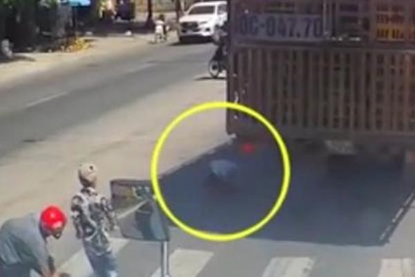 Tài xế đánh lái cứu 4 người ngã trước đầu xe
