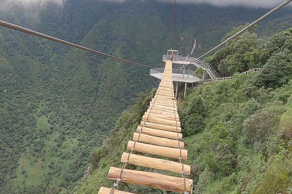Trải nghiệm cảm giác mạnh đi cầu độc mộc ở độ cao 600 m trên vách núi