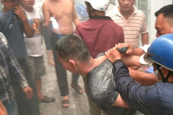 Bình Dương: Nam thanh niên đốt phòng trọ, cố thủ bên trong