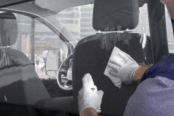 Ford ra mắt tấm vách ngăn Covid-19 trên xe Transit và Tourneo