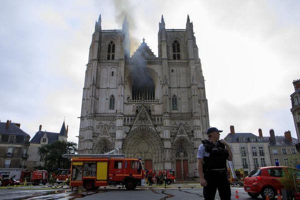 Cháy lớn ở nhà thờ Pháp