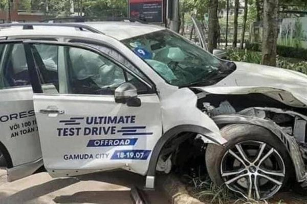 Khách hàng lái thử Subaru tông xe vào thân cây