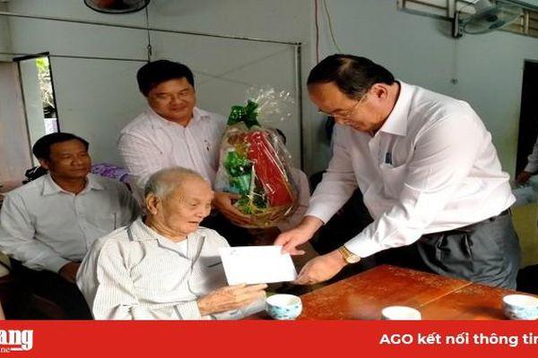 Chủ tịch UBND tỉnh An Giang Nguyễn Thanh Bình thăm gia đình chính sách tiêu biểu thị xã Tân Châu