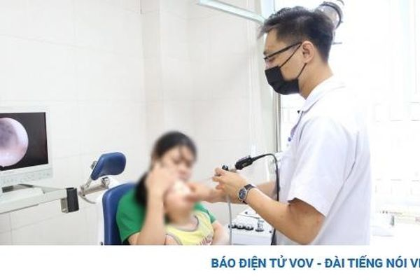 Nhỏ nhầm thuốc tẩy nốt ruồi vào mũi, bé trai 5 tuổi phải đi cấp cứu