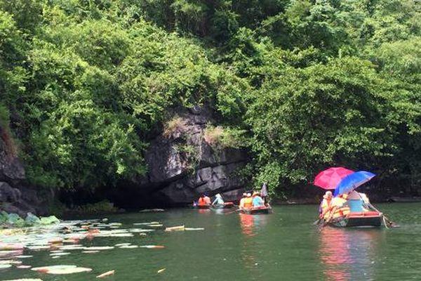 Xuôi dòng Sào Khê khám phá hang động Tràng An