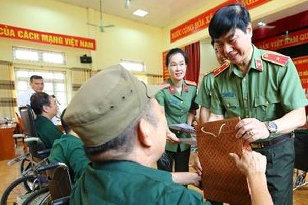 Thăm, tặng quà, khám bệnh cho người có công, gia đình chính sách tỉnh Phú Thọ
