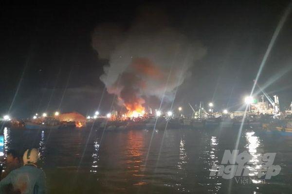 Đang neo đậu tại cảng, tàu cá bất ngờ bốc cháy