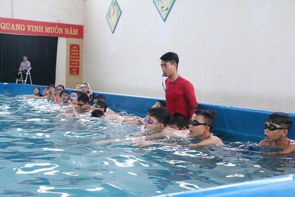 Học sinh hứng thú với học bơi dịp Hè