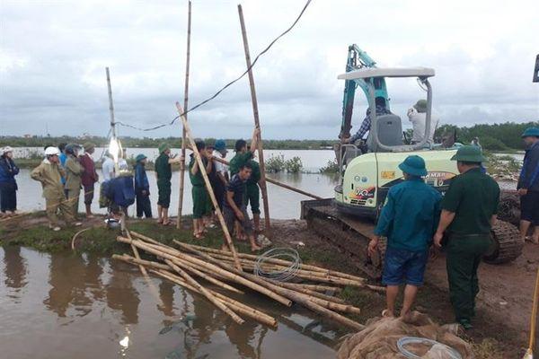 BĐBP Thái Bình cùng chính quyền địa phương kịp thời hàn gắn tuyến đê bao bị vỡ trong cơn bão số 2