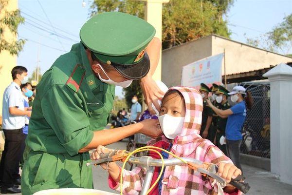 BĐBP Quảng Ngãi phát miễn phí khẩu trang phòng ngừa Covid-19