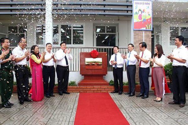 Gắn biển 2 công trình trường tiểu học chào mừng Đại hội Đảng bộ quận Hoàng Mai