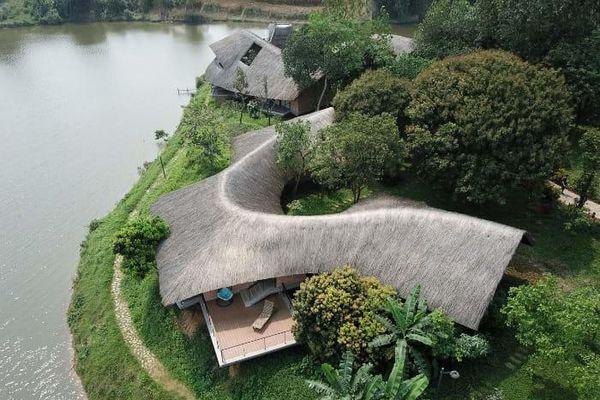 Ngôi nhà độc đáo bằng gạch đất, mái vọt ven sông dành tặng mẹ