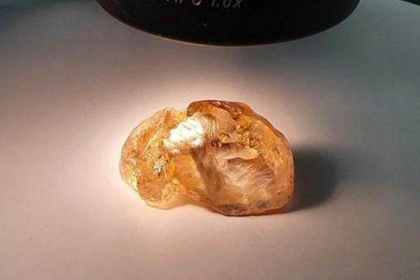 Phát hiện kim cương thô màu vàng đậm trăm triệu năm tuổi