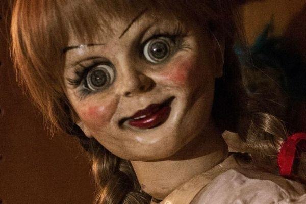 Những bộ phim thành công nhất về búp bê Annabelle - Gương mặt vàng trong làng ma ám