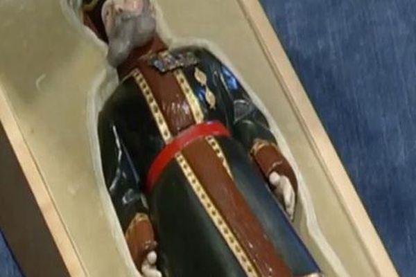 Dọn dẹp đồ đạc của người cha quá cố trên căn gác mái, cặp vợ chồng tìm thấy chiếc hộp cũ kỹ chứa đựng báu vật 120 tỷ đồng