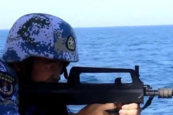 Tàu Trung Quốc đồn trú Hong Kong tập bắn đạn thật ở Biển Đông