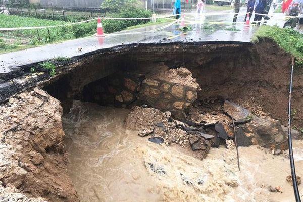 Nhiều tuyến đường giao thông tuyến Tây Bắc bị ảnh hưởng do mưa lũ bị sạt lở